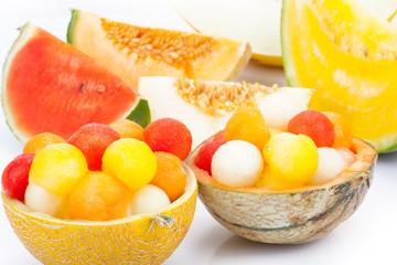 Bunte Melonenbällchen in Schalen aus Melonen