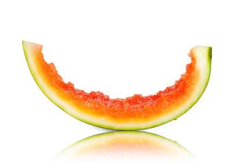 Stück einer reifen Wassermelone aufgegessen isoliert