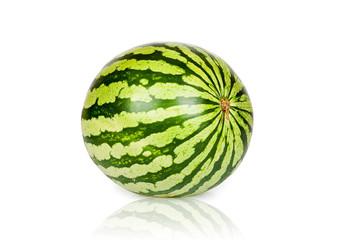 Große reife Wassermelone isoliert und gespiegelt
