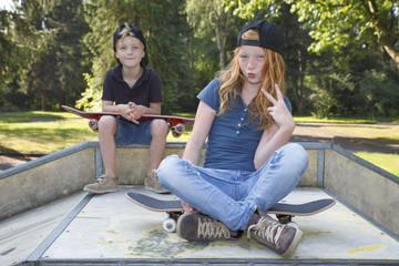 Zwei Kinder mit Skateboard