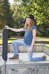 Junges Mädchen mit Skateboard