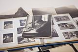 Schwarz-Weiß Foto auf altem Fotoalbum - 68318392