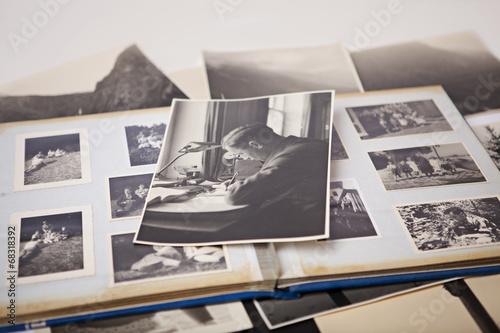 Schwarz-Weiß Foto auf altem Fotoalbum