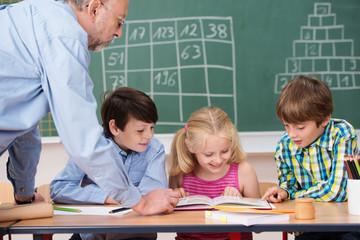 grundschüler arbeiten zusammen in der klasse