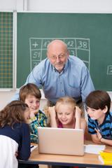 kinder in der grundschule lernen am laptop