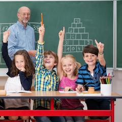 motivierte grundschüler zeigen auf