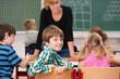 lächelndes schulkind in der klasse