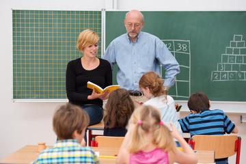lehrer und referendarin im unterricht