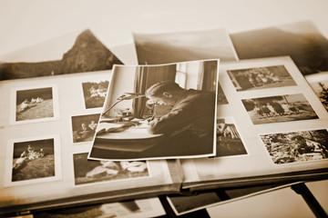 altes Foto auf Fotoalbum in Sepia - Retro