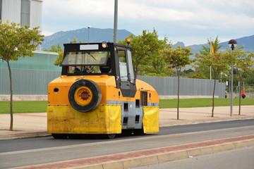 maquina trabajando en el asfaltado de una calle