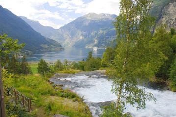 Fluss fließt in den Geirangerfjord