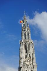 Kirchturm mit Nationalflagge