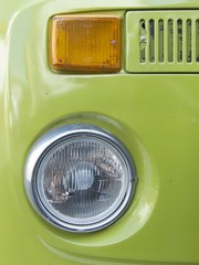 Scheinwerfer eines grünen Wohnmobil der Siebziger Jajhre