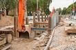 Leinwanddruck Bild - Arbeiten an der Kanalisation zwischen gewaltigen Verbauplatten