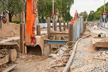 Arbeiten an der Kanalisation zwischen gewaltigen Verbauplatten