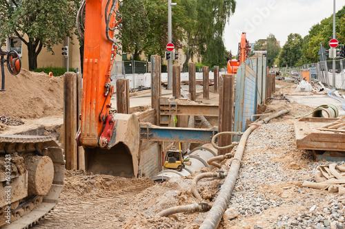 Arbeiten an der Kanalisation zwischen gewaltigen Verbauplatten - 68325323