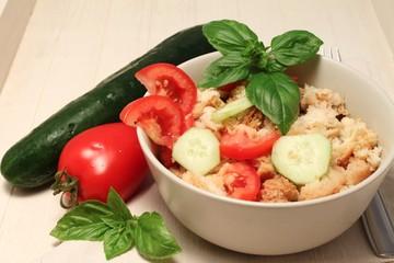 Panzanella, tipico piatto povero toscano con pane e verdure