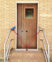 Zutritt verboten an Tür mit Besen