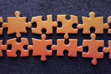 Piezas De Puzzle Sobre Fondo Oscuro