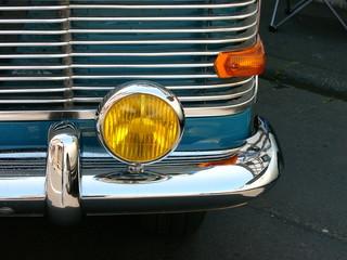 Gelber Zusatzscheinwerfer einer Limousine der Fünfziger Jahre