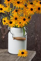 Blumenstrauß in Milchkanne