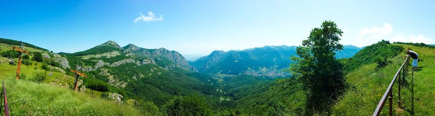 Berg Panorama mit Sonnenschein und blauem Himmel