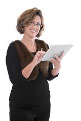 Attraktive ältere Geschäftsfrau mit einem Tablet-PC in der Hand