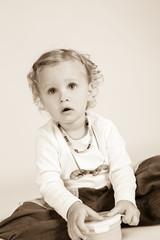 Mädchen sitzt und hört aufmerksam zu