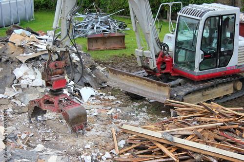 canvas print picture Ein Bagger beim Abbruch eines alten Hauses