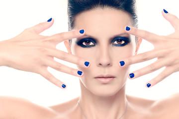 Fashion Model mit blauem Nagellack