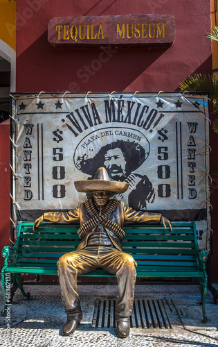 Papiers peints Statue Brave Mexican man in traditional costume, Mexico