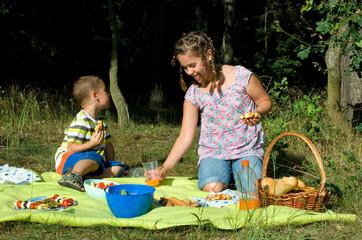 Kinder picknicken