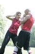 reife Frau beim Box Training mit Personaltrainer