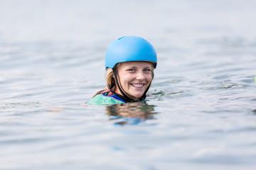 Gesicht einer jungen Frau mit Helm Wasseroberfläche