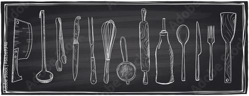 Ręcznie rysowane zestaw naczynia kuchenne na tablicy.