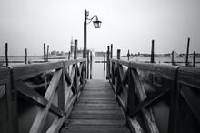 Czarno-białe zdjęcie z Wenecji brzegiem morza