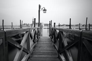 Fototapeta czarno biała pomost w Wenecji