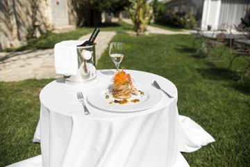 portata di pesce con vino bianco