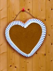 Lebkuchenherz auf Holzwand