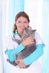 Junge Tierärztin mit Katze