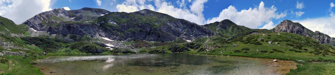 Panoramica di un Lago Alpino di Alta Montagna