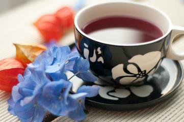 Teetasse mit Blüten und Physalis