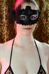 Frau in Reizwäsche trägt Maske