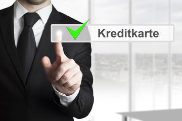 Kaufmann drückt Touchscreen Knopf Kreditkarte