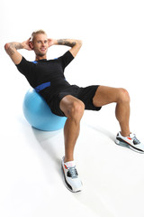 Gimnastyka , mężczyzna ćwiczy na piłce