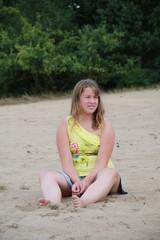 Mädchen entspannt im Sand in den Dünen