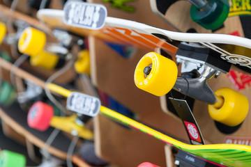 Skateboard in vendita su uno scaffale