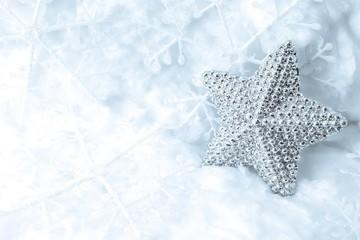 Dekorativer Silberstern im Schnee