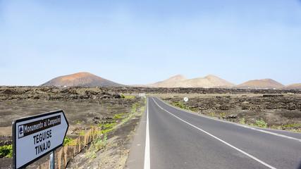 Carretera solitaria en Lanzarote, Islas Canarias