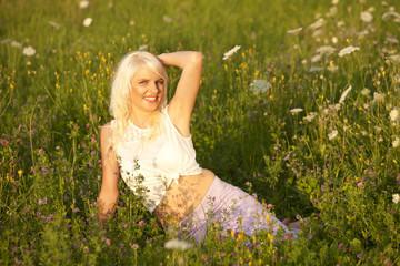 Hübsche Frau in Blumenwiese